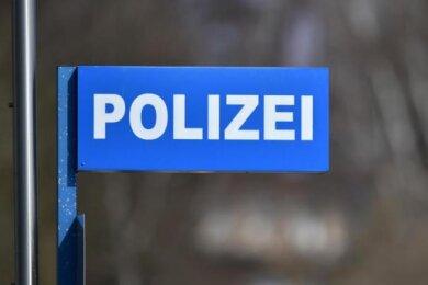 Zwei Männer stehen im Verdacht, aus einem Paketzentrum im Callenberger Ortsteil Langenchursdorf Waren aus Paketen gestohlen zu haben.
