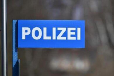 Zusammengestoßen sind am Montagmorgen gegen 7 Uhr an der Plauener Ampelkreuzung Böhlerstraße/Wiesenstraße zwei Autos.