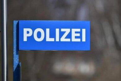 In einer Bäckerei in Meerane haben Polizisten in der Nacht zum Sonntag zwei Männer gestellt. Sie werden verdächtigt, auch hinter einem Einbruch in eine Bäckerei im Erzgebirge zu stecken.