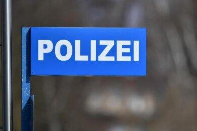 Ein Unbekannter hat am Dienstagnachmittag einen 28-Jährigen in Oberlungwitz mit einer Glasflasche angegriffen und verletzt.