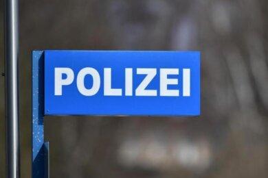 Ein Ladendieb hat auf seiner Flucht am Mittwochnachmittag in Werdau zwei Mitarbeiterinnen eines Supermarktes bedroht.