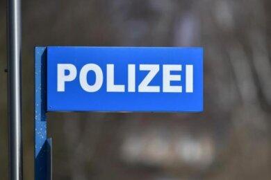 Unbekannte haben zwischen Dienstagnachmittag und Mittwochmorgen in Zwickau Reifen von insgesamt elfFahrzeugen zerstochen.