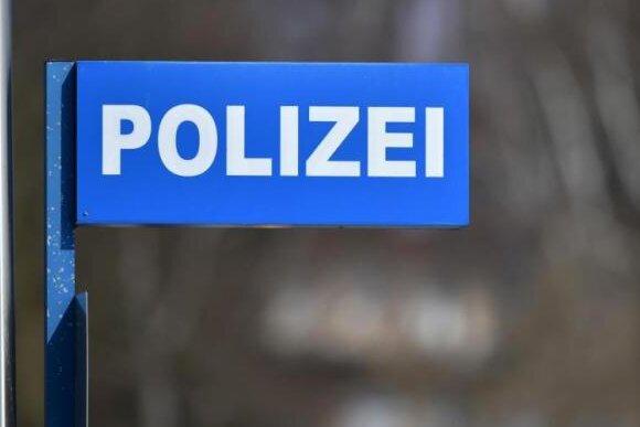 Plauen: Psychisch Auffälliger springt auf drei Autos