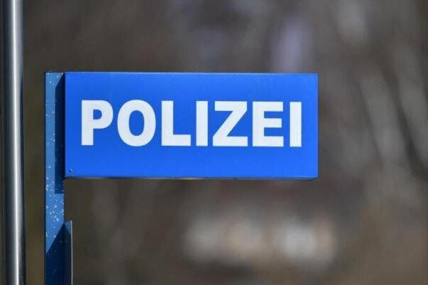 Ein Unbekannter hat am Mittwochvormittag auf einem Firmengelände in Zwickau ein Mountainbike gestohlen und sein Fahrrad dafür zurückgelassen.