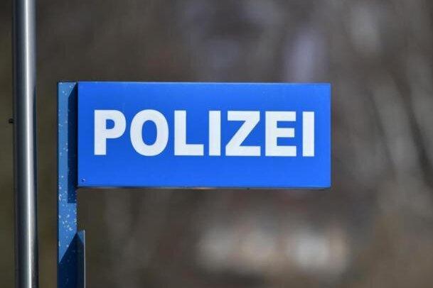 Jugendliche haben am Sonntagabend aus der Wohnung eines Mehrfamilienhauses in Frankenberg mit Luftdruckwaffen auf eine Frau geschossen.