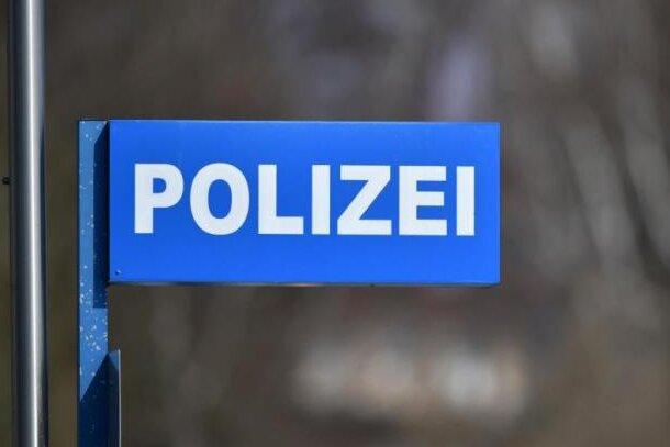 Die Polizei hat bei einem Mann viele Dinge gefunden, die kurz zuvor aus einer Wohnung in der Liebichstraße in Großschirma, Ortsteil Siebenlehn, gestohlen worden waren.
