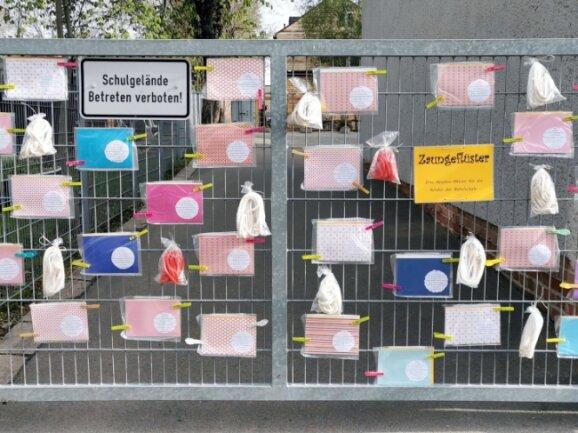 Das Schultor der Bebelschule war in den vergangenen Wochen mit farbenfrohen Überraschungstüten geschmückt.
