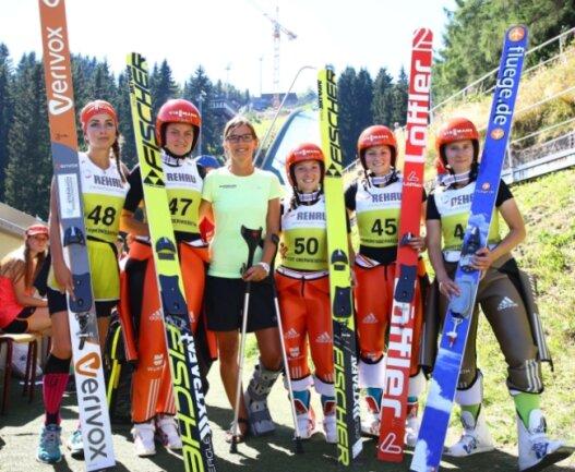Ulrike Gräßler (Dritte von links) stattete ihren Teamgefährtinnen Juliane Seyfarth, Carina Vogt, Katharina Althaus, Anna Rupprecht und Ramona Straub (von links) am Fichtelberg einen Besuch ab.