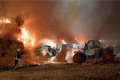 Auf einem Feld in der Nähe der Talsperre Euba an der Eubaer Straße sind hunderte Strohpakete in Brand geraten. Feuerwehr und Landwirtschafts-betrieb waren schon in der Nacht zu Montag im Einsatz.