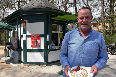 Steffen Wand ist der neue Betreiber des Kiosk am Park an der Dr.-Richard-Schminke-Straße in Bad Elster. Warme Waffeln sind bei den Gästen besonders beliebt.