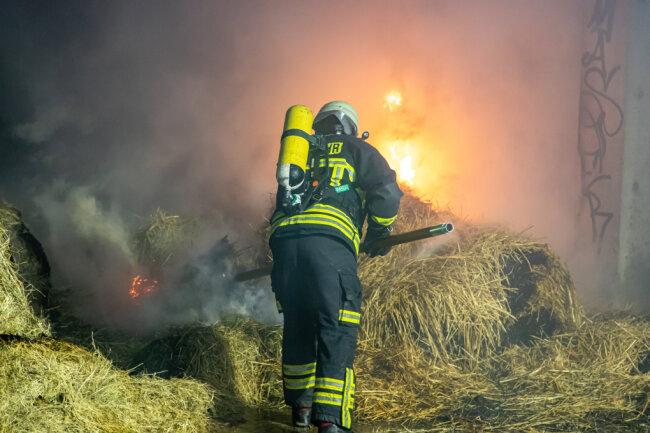 Mehrere Strohballen waren in Brand geraten.