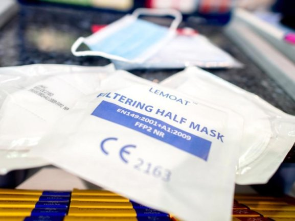 Verpackte FFP2-Masken liegen in einer Apotheke auf dem Verkaufstresen. Besonders gefährdete Personen wie Alte und Kranke sollen kostenlose FFP2-Masken erhalten.