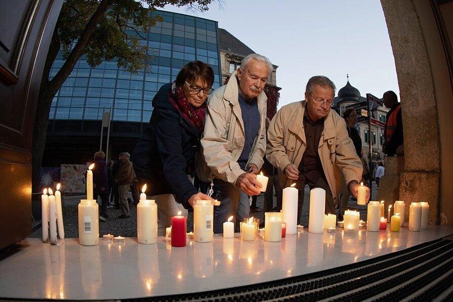 Wie 1989 entzündeten die Plauener am Donnerstagabend Kerzen und stellten sie auf den Stufen der Lutherkirche ab. Sieben Kerzen erinnerten dabei an jene DDR-Städte, die sich als erste dem SED-Regime widersetzten.
