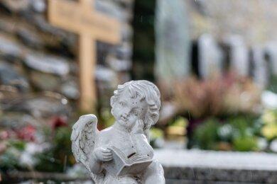 """Als Folge der Pandemie steigt in Rodewisch die Zahl der Sozialbestattungen. """"Traurige Statistik"""", sagt Bürgermeisterin Kerstin Schöniger."""