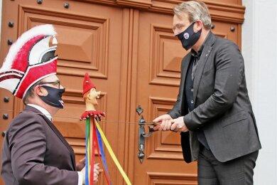 Oberbürgermeister Sven Krüger schlägt Marco I. zum Ritter.