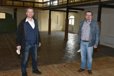 Die Sanierung der Turnvater-Jahn-Halle Adorf startet. Auch das Parkett, auf dem Bürgermeister Rico Schmidt (links) und Bauamtsleiter Mario Beine stehen, kommt raus. Für das Foto nahmen beide die Maske ab.