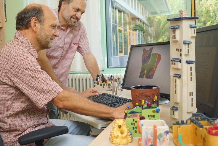 Wolfgang Ullmann (links) und Robby List, Chef in der Keramikwerkstatt, bieten ihre Produkte auch im Internet an.