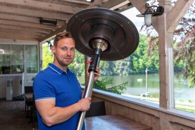 Tom Möbius, Junior-Chef im Waldhaus Lauenhain, bereitet die Öffnung am Mittwoch im Außenbereich des Restaurants vor. Unter anderem hat er dafür in neue Heizstrahler investiert.