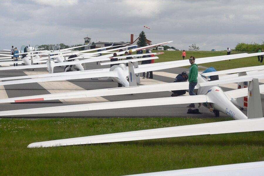 Auch Warten gehört dazu: Die Segelflieger müssen sich aufstellen, um nach und nach in die Luft zu kommen. Geflogen wird in etwa 600 Meter Höhe, mit Sonnenenergie.