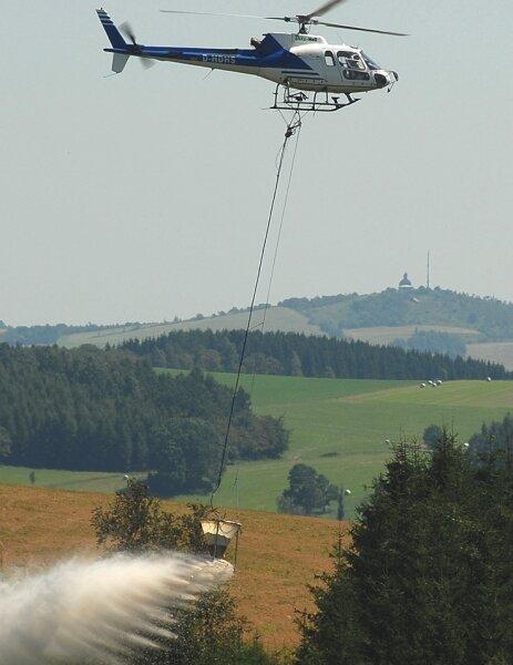 """<p class=""""artikelinhalt"""">Im Forstrevier Pfaffroda wurde am Montag offiziell die diesjährige Flugsaison zur Kalkung von Sachsens Wäldern eröffnet; auf dem Bild ein Eurocopter des Typs AS 350 B 2. </p>"""