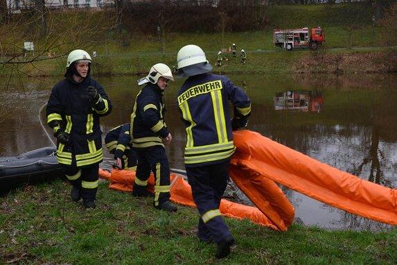 Feuerwehrübung in Penig sorgt durch 100-Meter-Ölsperre für Aufsehen