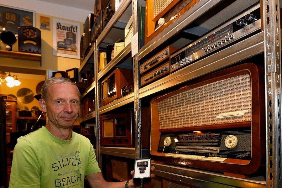 Sammelt Radios oder Fernseher: Uwe Pöschmann hat die Fernbedienung für ein 60 Jahre altes Radio nachgebaut.