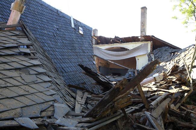 Der Tanzsaal an der Rückseite des Gasthofes Langenberg ist am Samstagnachmittag mit einem lauten Knall eingestürzt.