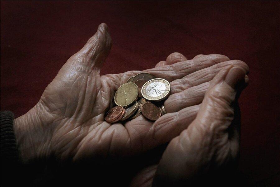 Langjähriges Einzahlen in die Rentenversicherung ist nicht unbedingt eine Garantie dafür, dass man im Alter nicht jeden Euro zweimal umdrehen muss.
