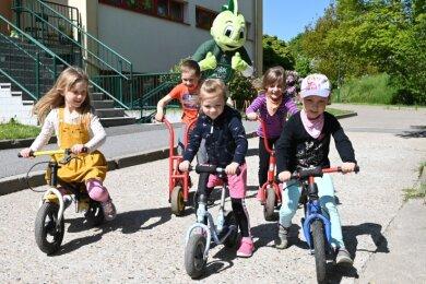 Erzieher Kenny Hoyer im Jolinchen-Kostüm (hinten) hat die Kinder am Montag im Kindergarten begrüßt - mit dabei waren Fiona Pester, Lenny Büttner, Viktoria Löffler, Fraja Fischer und Johanna Hennig (von links).