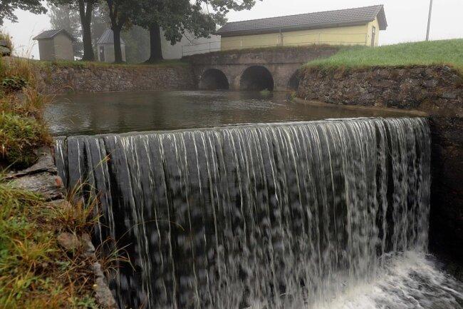 Im Schnitt fließen derzeit 750 Liter pro Sekunde aus dem Unteren Großhartmannsdorfer Teich. Das Foto zeigt die Hochwasserentlastung mit dem Fluterhaus. Es gibt aber noch weitere Ablässe.