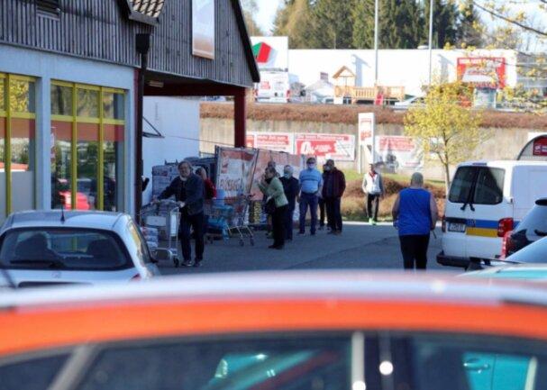 Vor dem Sonderpostenbaumarkt in Ehrenfriedersdorf reihten sich am Montagmorgen Kunden in die Warteschlange ein.