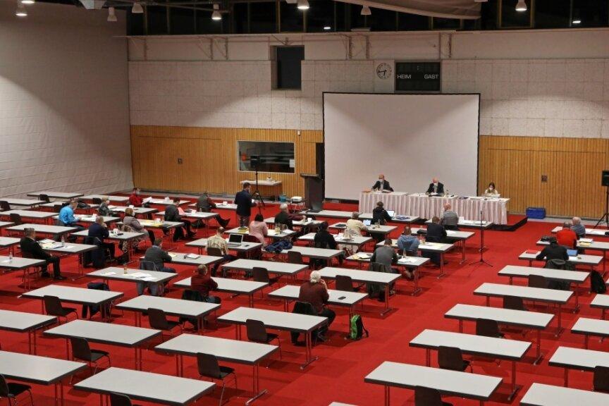 Im großen Saal der Sachsenlandhalle hatten die Glauchauer Stadträte viel Platz.