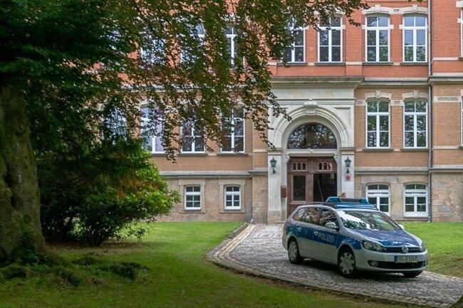 """Ein Polizeifahrzeug stand auch gestern vor dem Auerbacher Goethe-Gymnasium. Es soll das """"Sicherheitsempfinden"""" stärken."""
