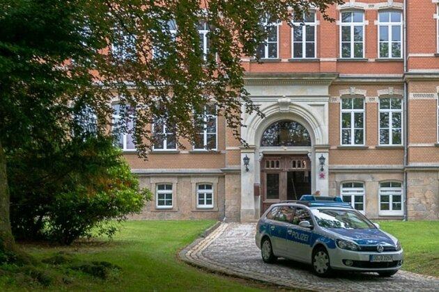 Unter Polizeischutz lief im Frühjahr der Unterricht am Auerbacher Gymnasium ab.