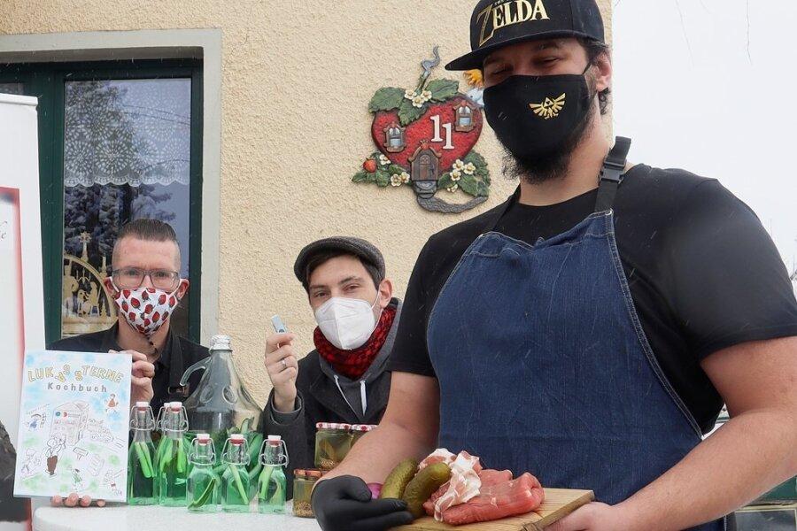 """Ronald Otto, Betreiber der """"Erdbeerschänke"""", und Oli Munz (Mitte), Komponist des Rouladenliedes, sowie Philipp Berg (rechts), Koch im Lokal, warten mit einer kulinarischen und musikalischen Überraschung auf."""