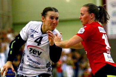 Der Gesichtsausdruck der Zwickauer Kapitänin Isa-Sophia Rösike (links) verrät es: Sie hat nicht vor, sich von ihrer Freiburger Gegenspielerin Rebecca Dürr aufhalten zu lassen.