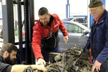 Werkstattchef Alexander Wolf mit den Mechanikern Artem Fertich (links) und Günter Schreiter.