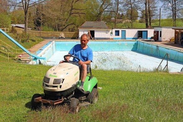 Steffen Schmidt sorgt auf der Liegewiese des Freibades für den richtigen Schnitt.