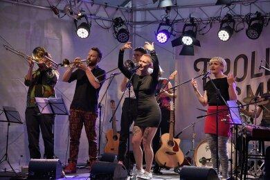 Die Band Frollein Smilla mit ihrer Sängerin Desna Wackerhagen (Mitte) aus Berlin, eröffnete am Samstagabend die Burgsommer-Konzertreihe auf Schloss Voigtsberg in Oelsnitz.