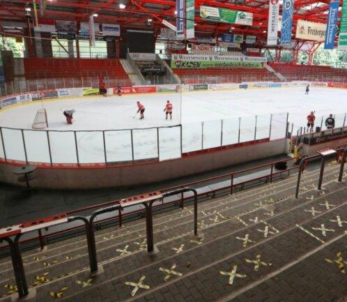 1500 Besucher dürfen zum ersten Testspiel ins Crimmitschauer Kunsteisstadion. Die Markierungen zeigen, wo Fans stehen dürfen.