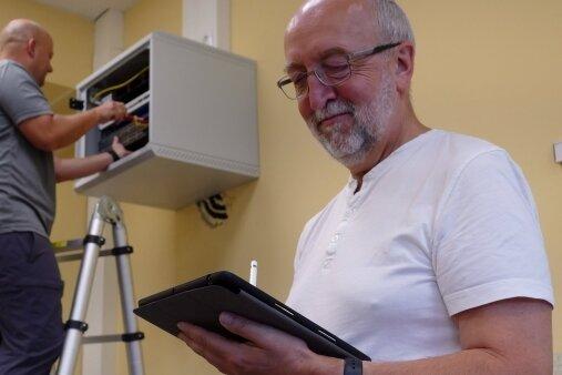 Während sich Marek Decker um einen Access Point kümmert, checkt Lehrer Klaus Böhm per I-Pad, ob alles funktioniert.