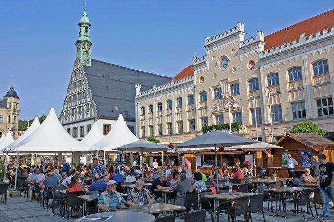 Das Weinfest auf dem Hauptmarkt ist von den Zwickauern und Gästen gut angenommen worden. Foto: Ralph Köhler