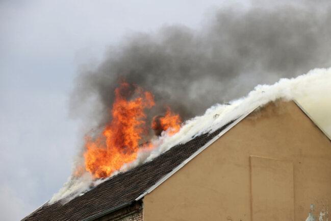 Aus noch ungeklärten Gründen war am Mittwochnachmittag der Dachstuhl eines Wohnhauses an der Palmstraße in Brand geraten.