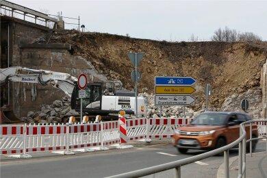 Die Bauarbeiten am Viadukt in Schwarzenberg schränkt den Verkehr auf der B101 bereits ein. Ab Montag ist die Bundesstraße für vier Wochen an der Stelle komplett gesperrt. Foto: Carsten Wagner/Archiv
