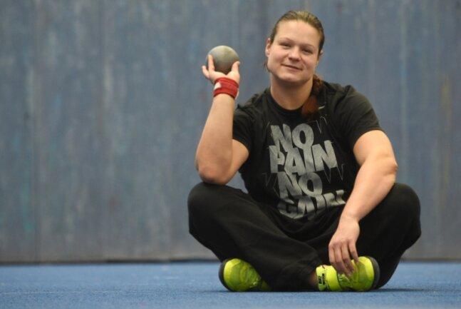 Noch liegt die Kugel ruhig in der Hand, doch Christina Schwanitz freut sich darauf, sie im Wettkampf wieder fliegen zu lassen.