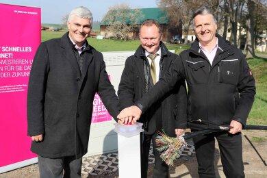 Bürgermeister Tino Kögler drückte gemeinsam mit Rainer Frank und Matthias Patzsch (v. l. n. r.) von der Telekom symbolisch den Startknopf.