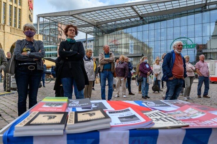 Kundgebung auf dem Neumarkt: Etwa 100 Zuhörer verfolgten die Debatte der OB-Kandidaten zu großen Fragen der Zeit.