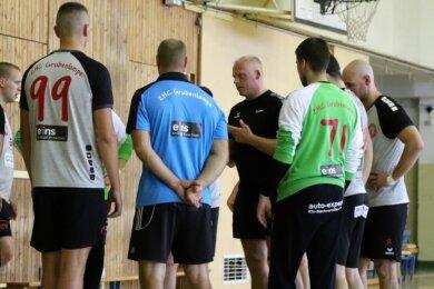 Frank Knape (schwarzes T-Shirt) im Kreise seiner Spieler. Er hat seit einem Jahr das Traineramt beim ZHC Grubenlampe inne.