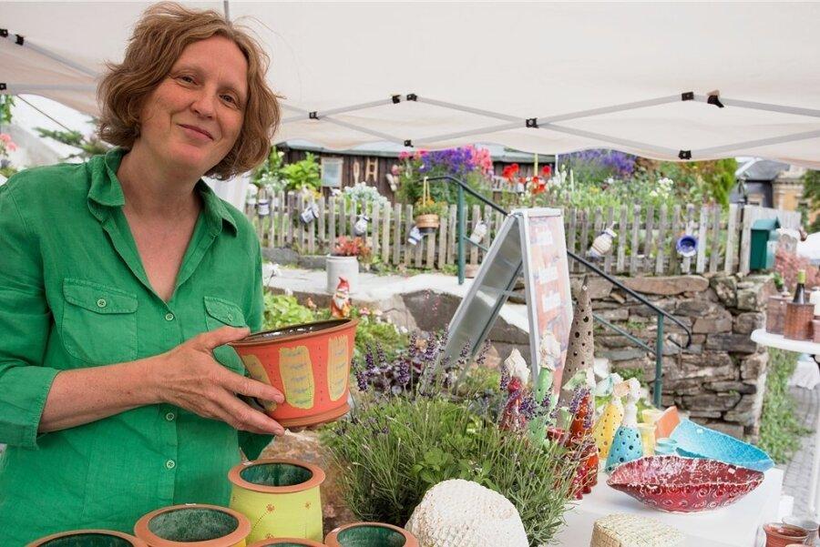 Jana Kalisch ist Keramikerin aus Mauersberg. Bis auf eine Ausnahme hat sie sich bisher an allen Töpfermärkten beteiligt und war natürlich auch am Wochenende mit dabei.