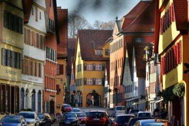 Wie eine Puppenstube: Auch in der Segringer Straße dominieren Bonbonfarben. Erlaubt ist alles - außer Weiß.